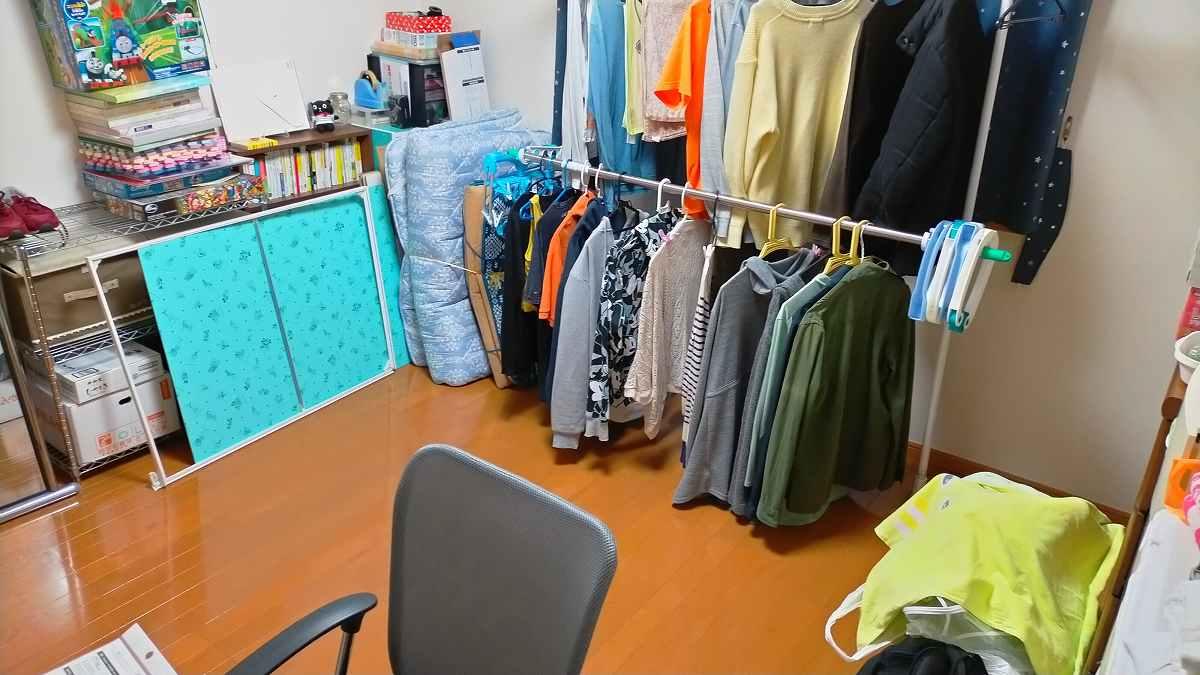 洗濯物が干してある部屋