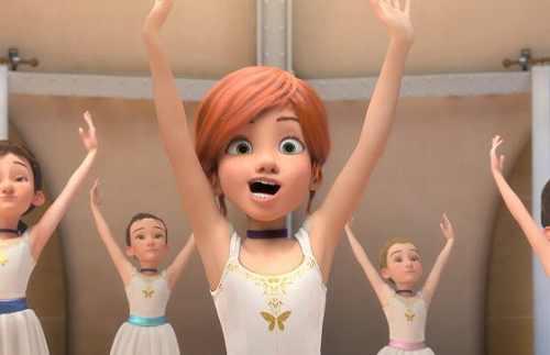 両手を上げるバレエ少女