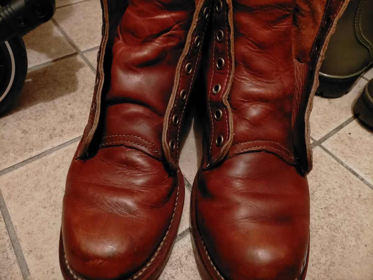 ひもがない茶色のブーツ
