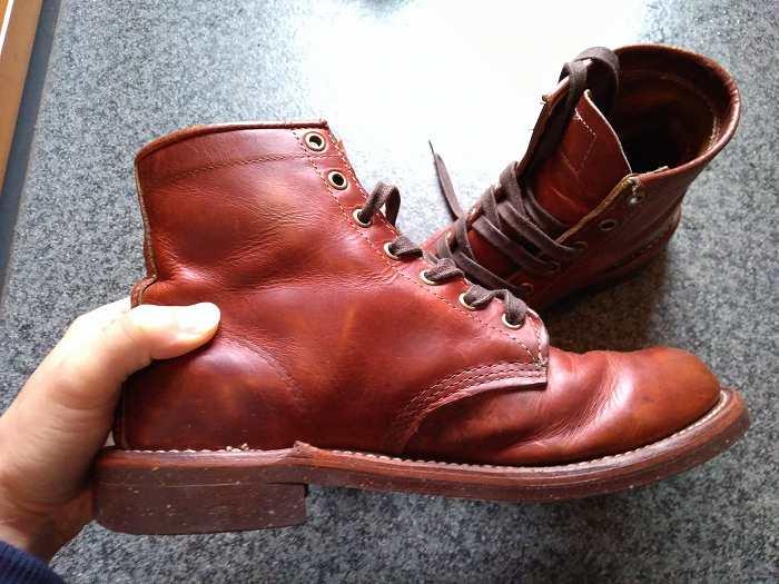 茶色のワークブーツ側面