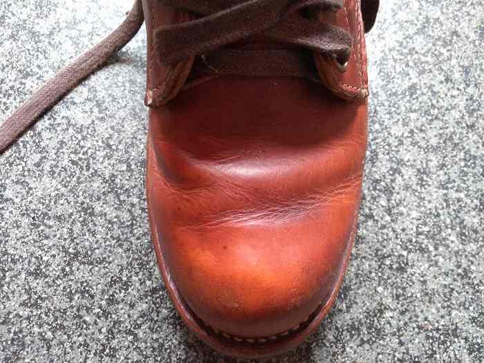 茶色の革靴の先端