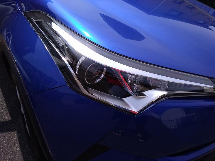 青い車のライト前面