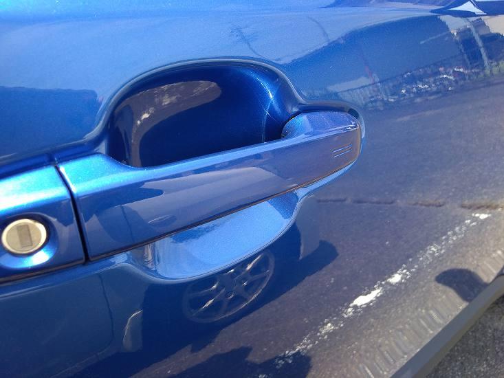 青い車のドア