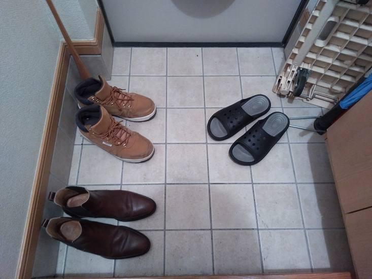 散乱するスリッパや靴