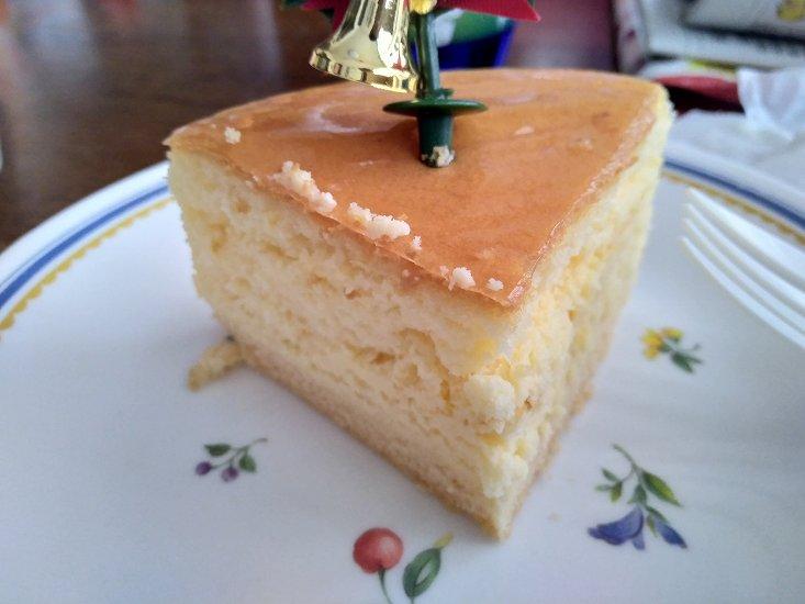 カットされたチーズケーキ