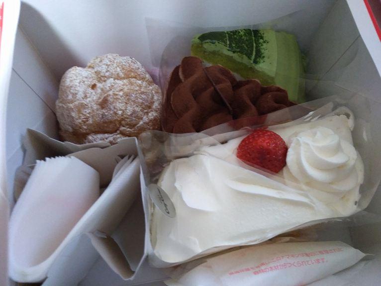 箱に入った5ピースのケーキ
