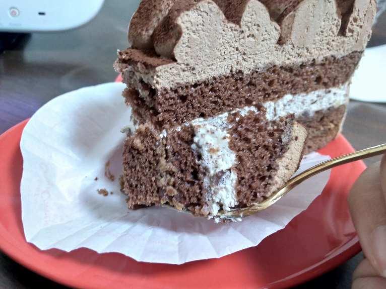 フォークに乗った一口サイズのチョコケーキ