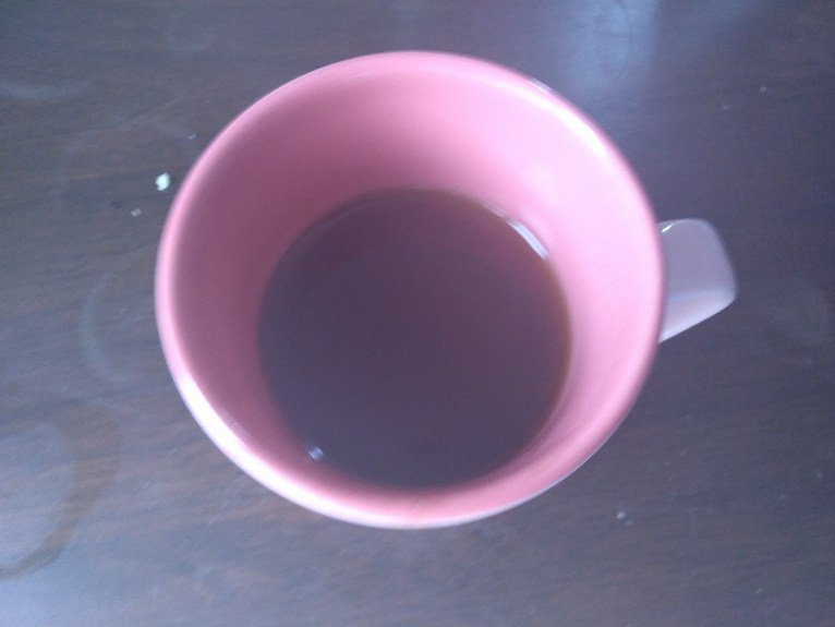 ピンクのマグカップに入った紅茶