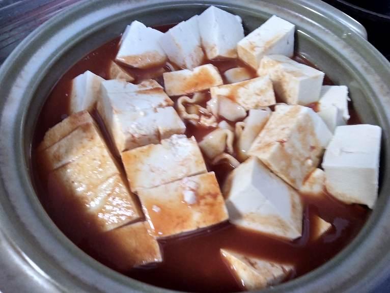 赤いスープがかかった豆腐