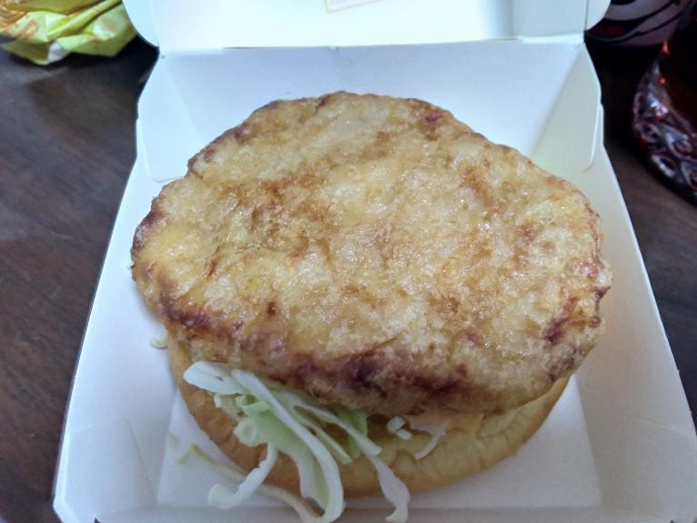 チキンのパティがのったハンバーガー
