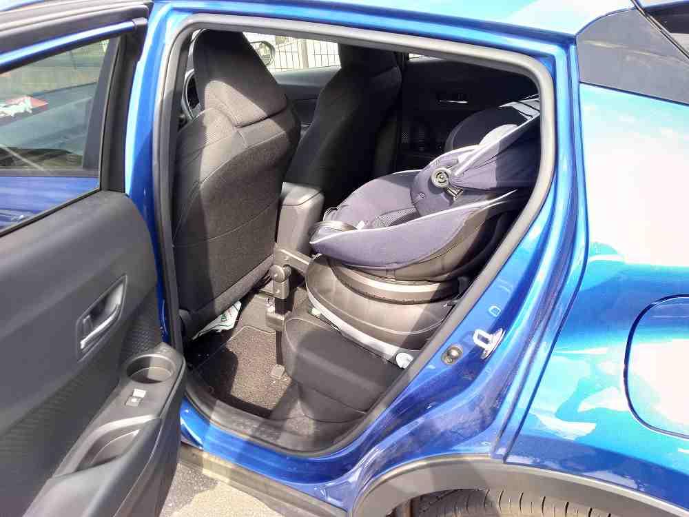 青い車の後部座席に装着されているチャイルドシート