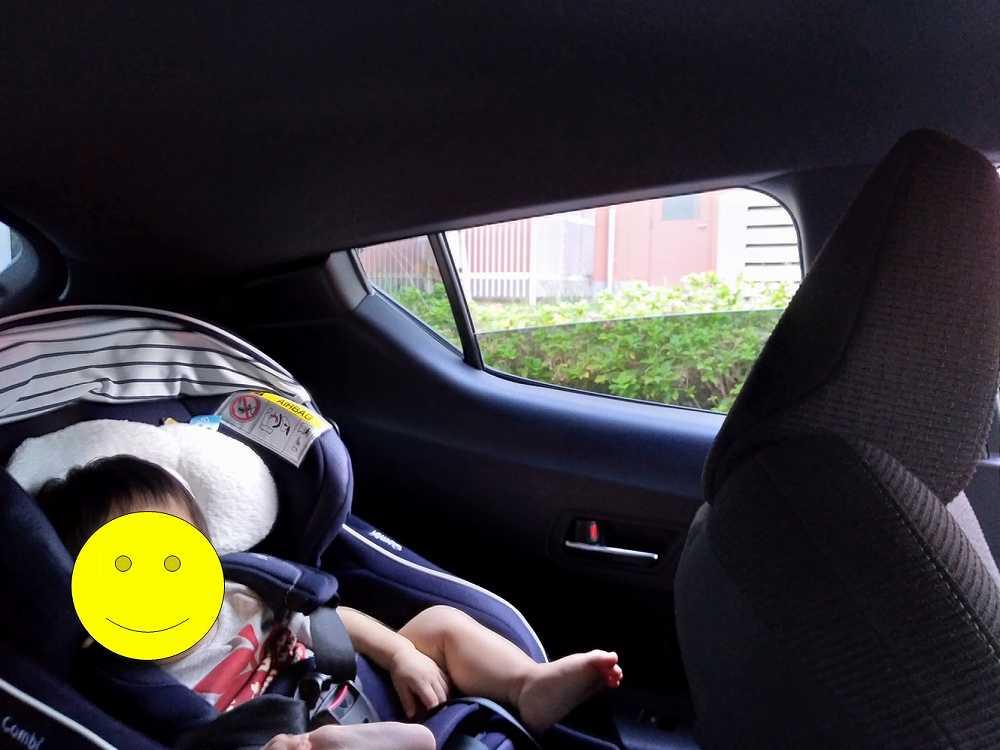 車に乗っている赤ちゃん