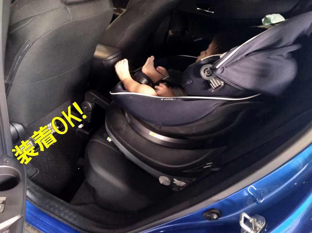 チャイルドシートに乗った赤ちゃん