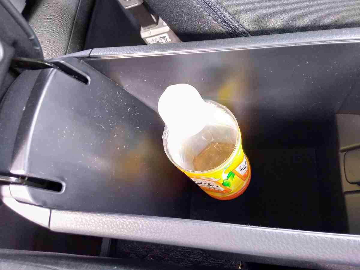 車のコンソールボックスの中に入っているペットボトル