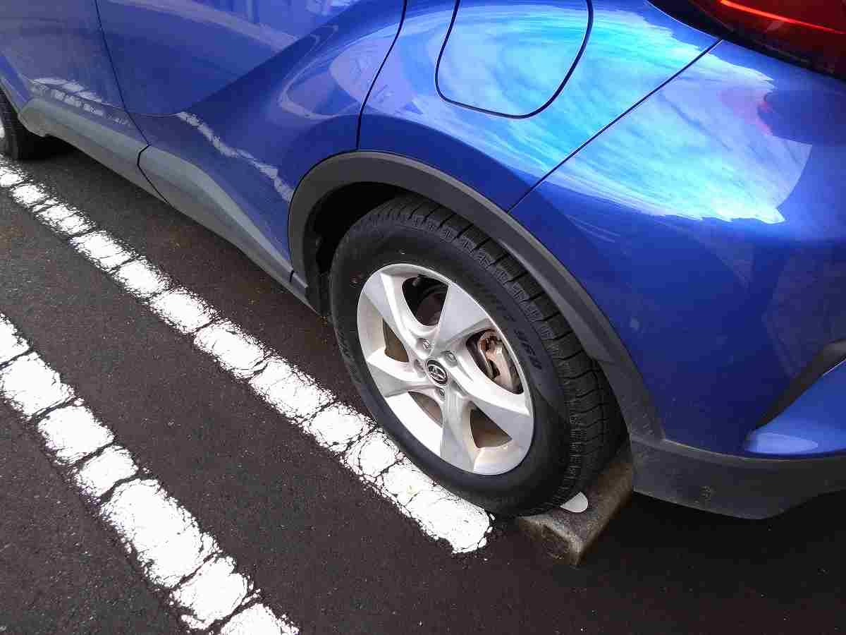 青い車のタイヤ