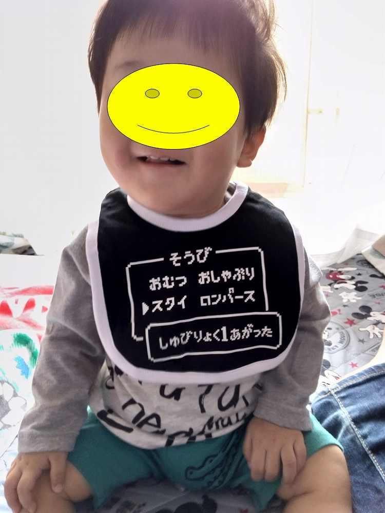 黒と白のスタイをした赤ちゃん