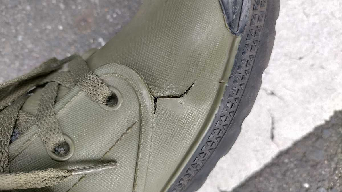 亀裂が入った靴その2