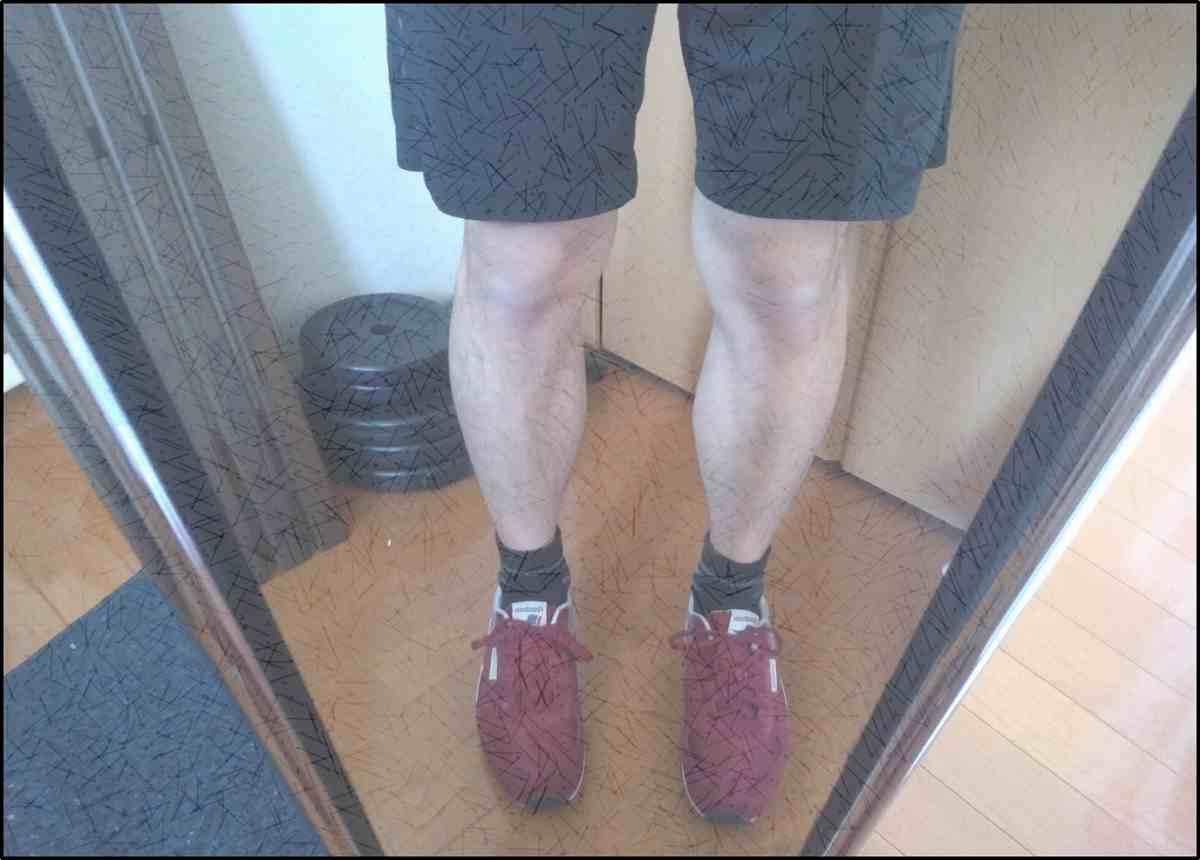 赤い靴と黒のハーフパンツ