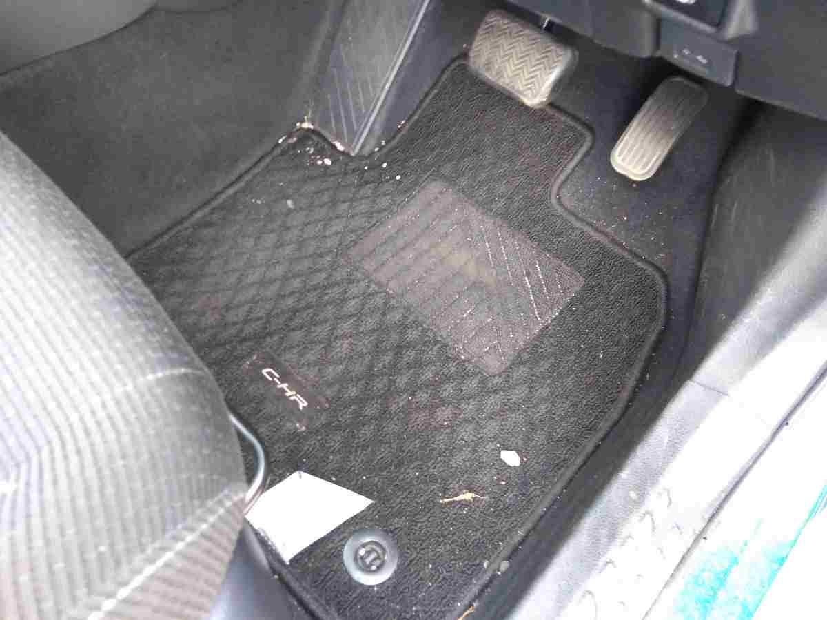 運転席の下