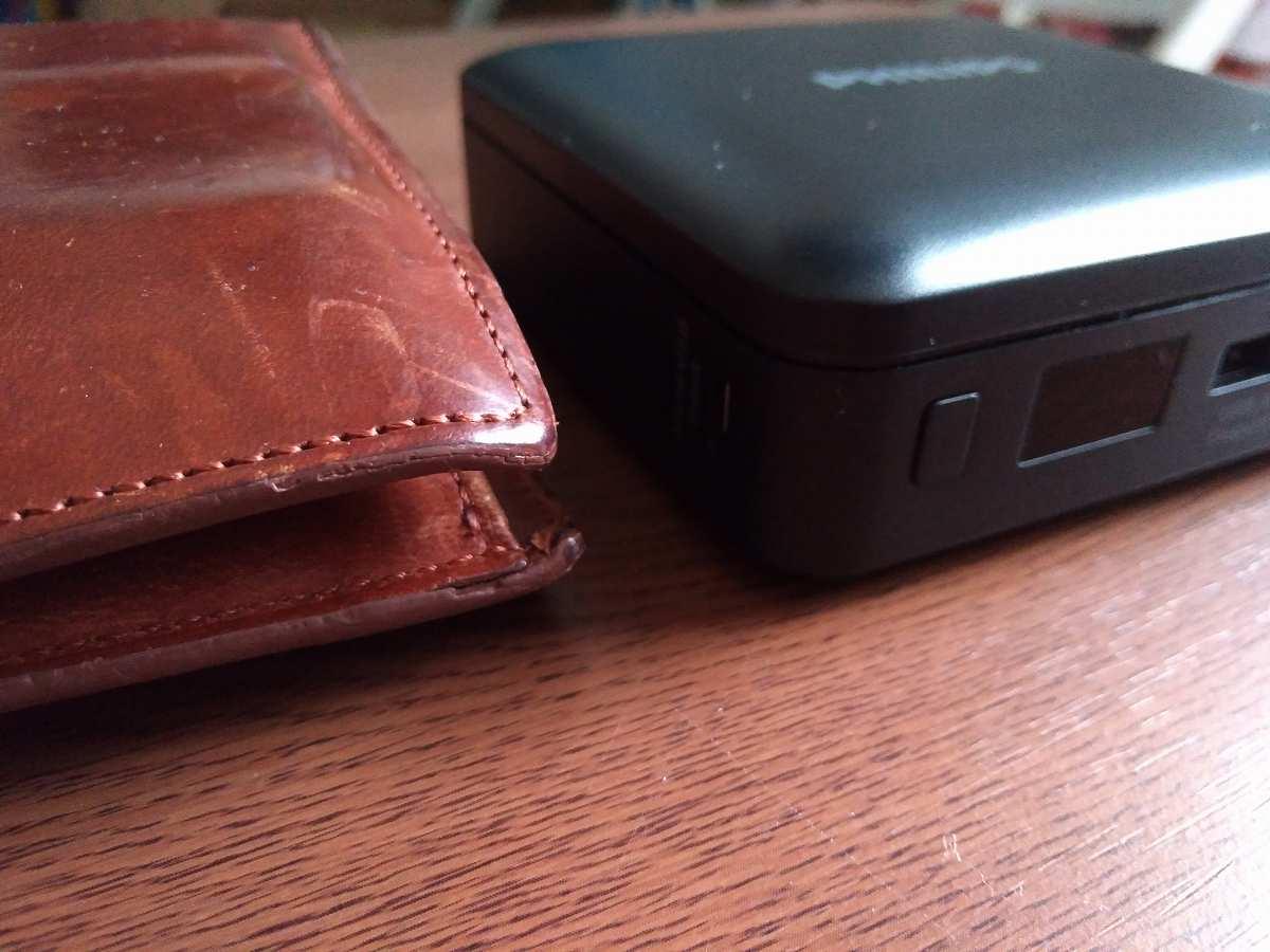 黒いデバイスと茶色の皮製品