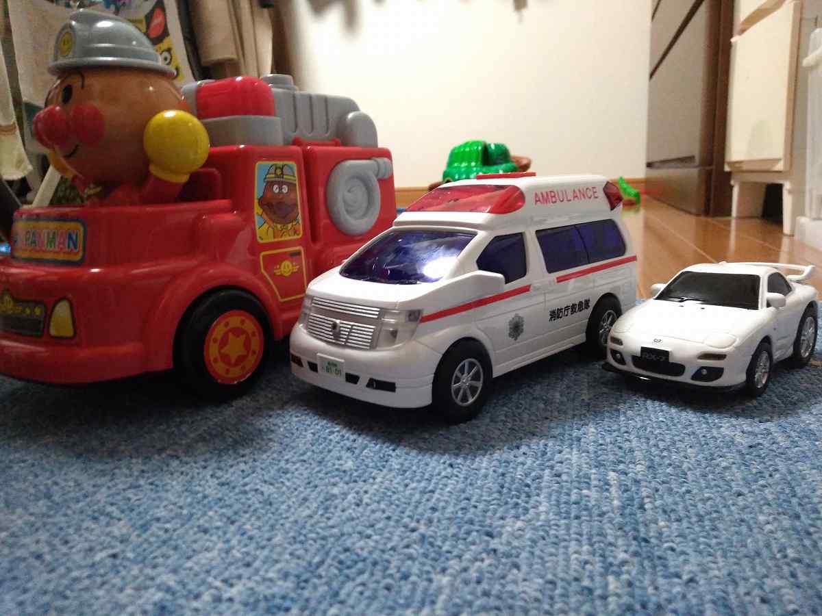 3つのおもちゃの車