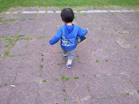 歩く子ども