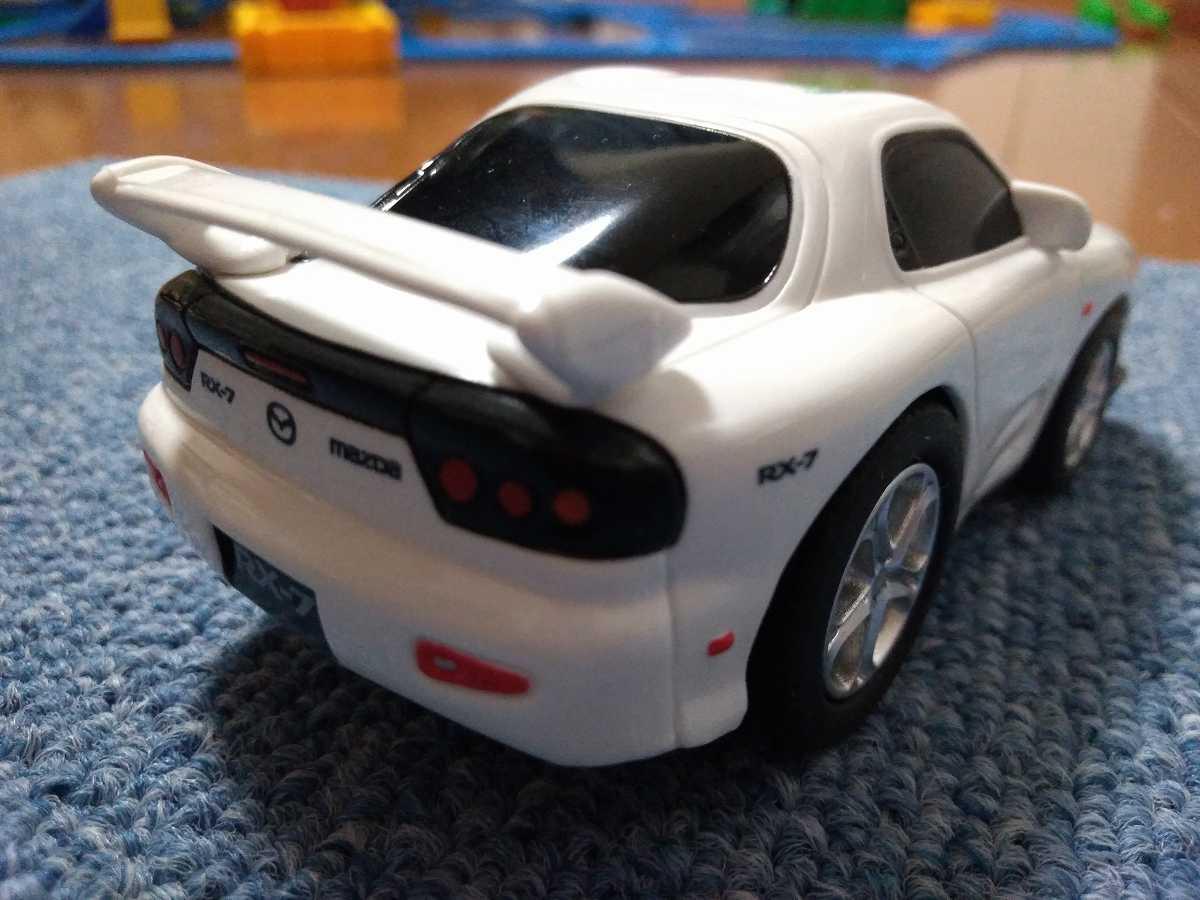 ウィングがついた白い車
