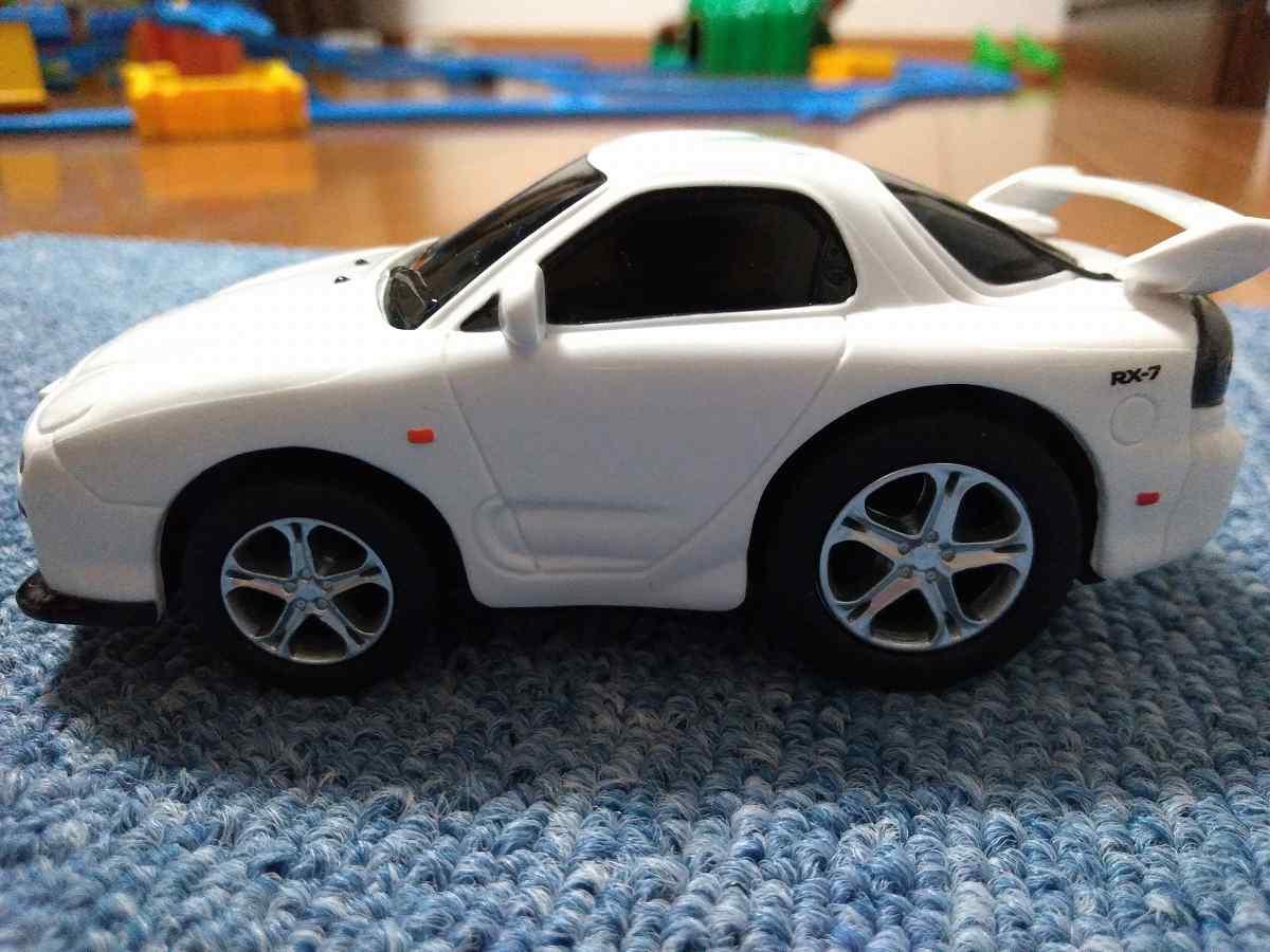 おもちゃの白い車の側面