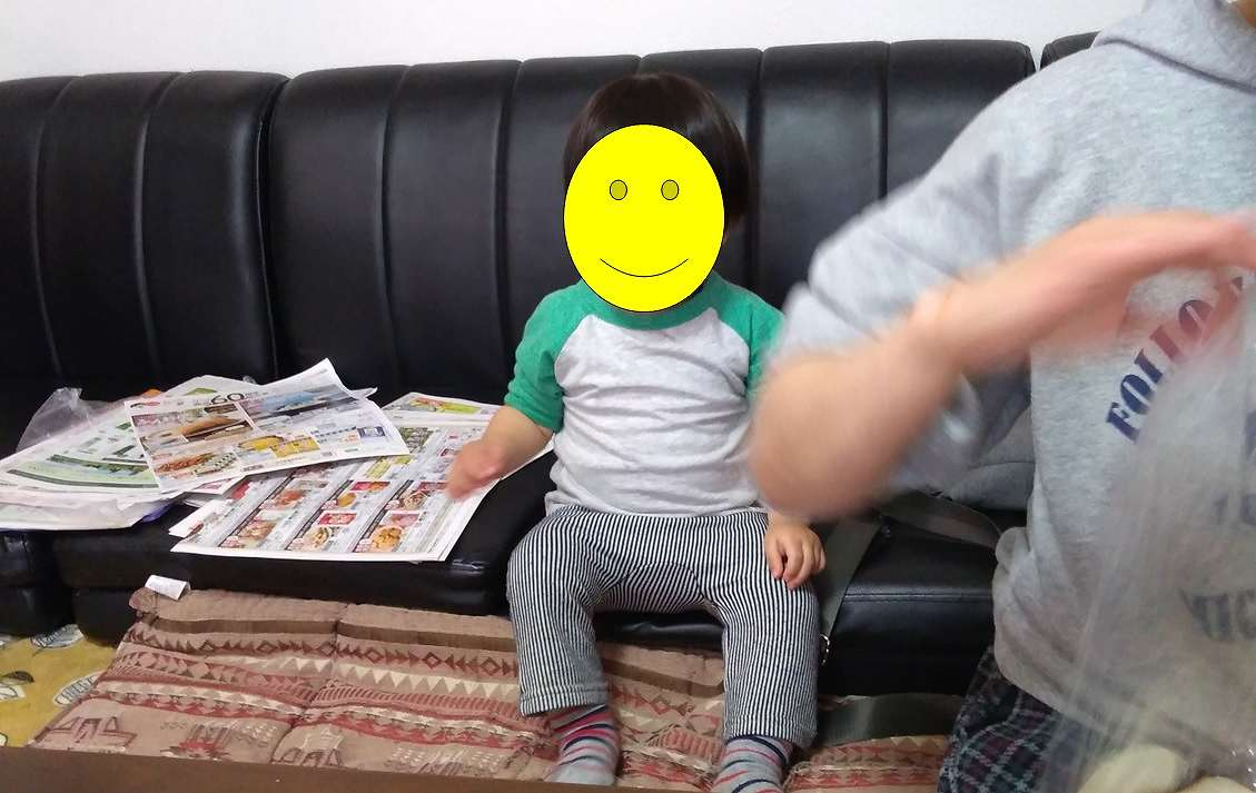 ローソファ―に座る子ども