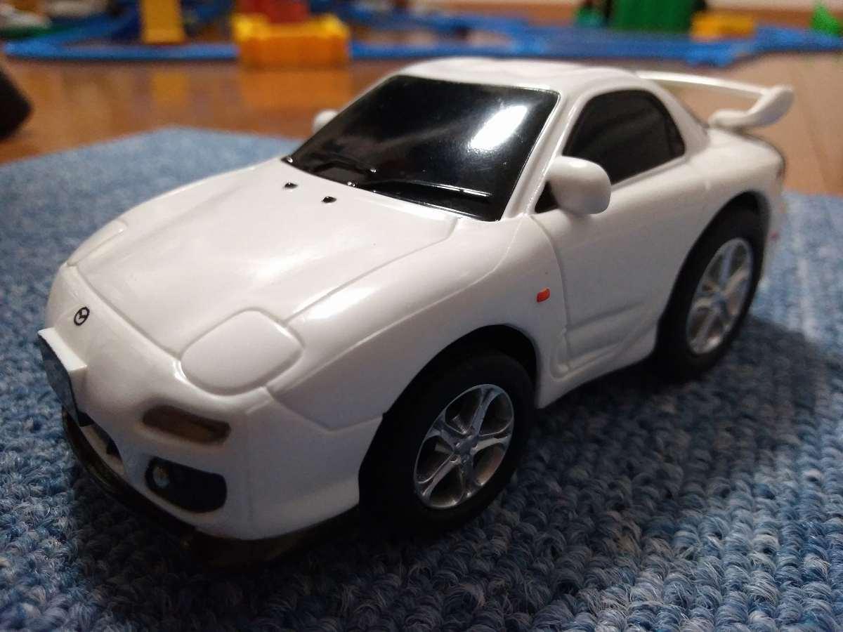 おもちゃの白い車