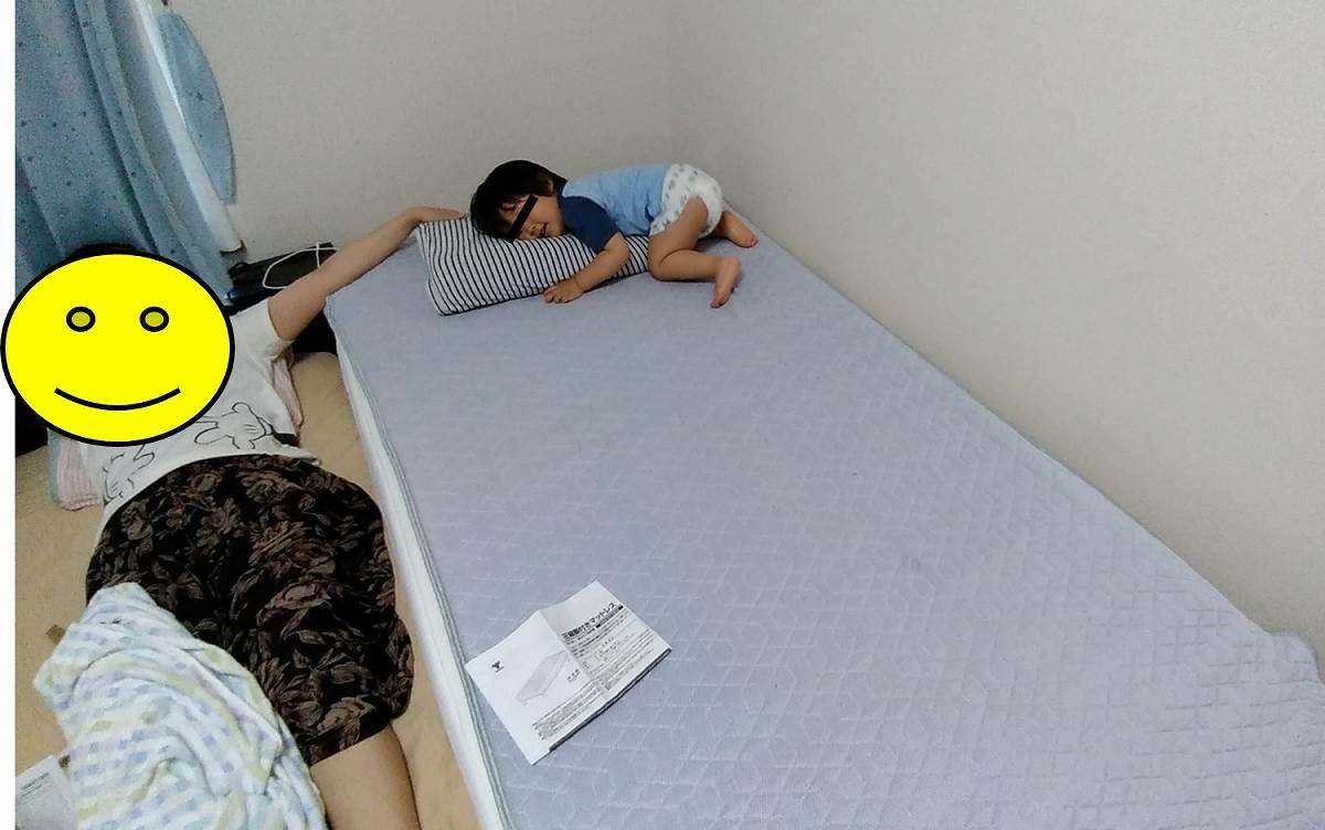 ベッドに横になる子ども