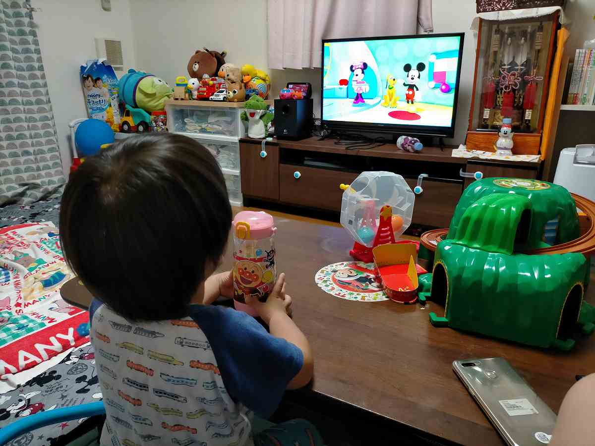 テレビを見る子ども