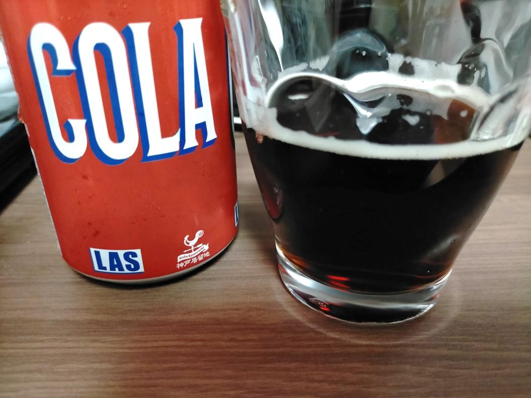 LASコーラ缶とついだコップ