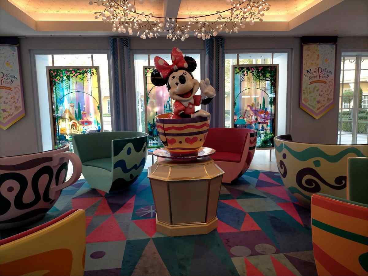 ディズニーセレブレーションホテルのロビーにいるミニー