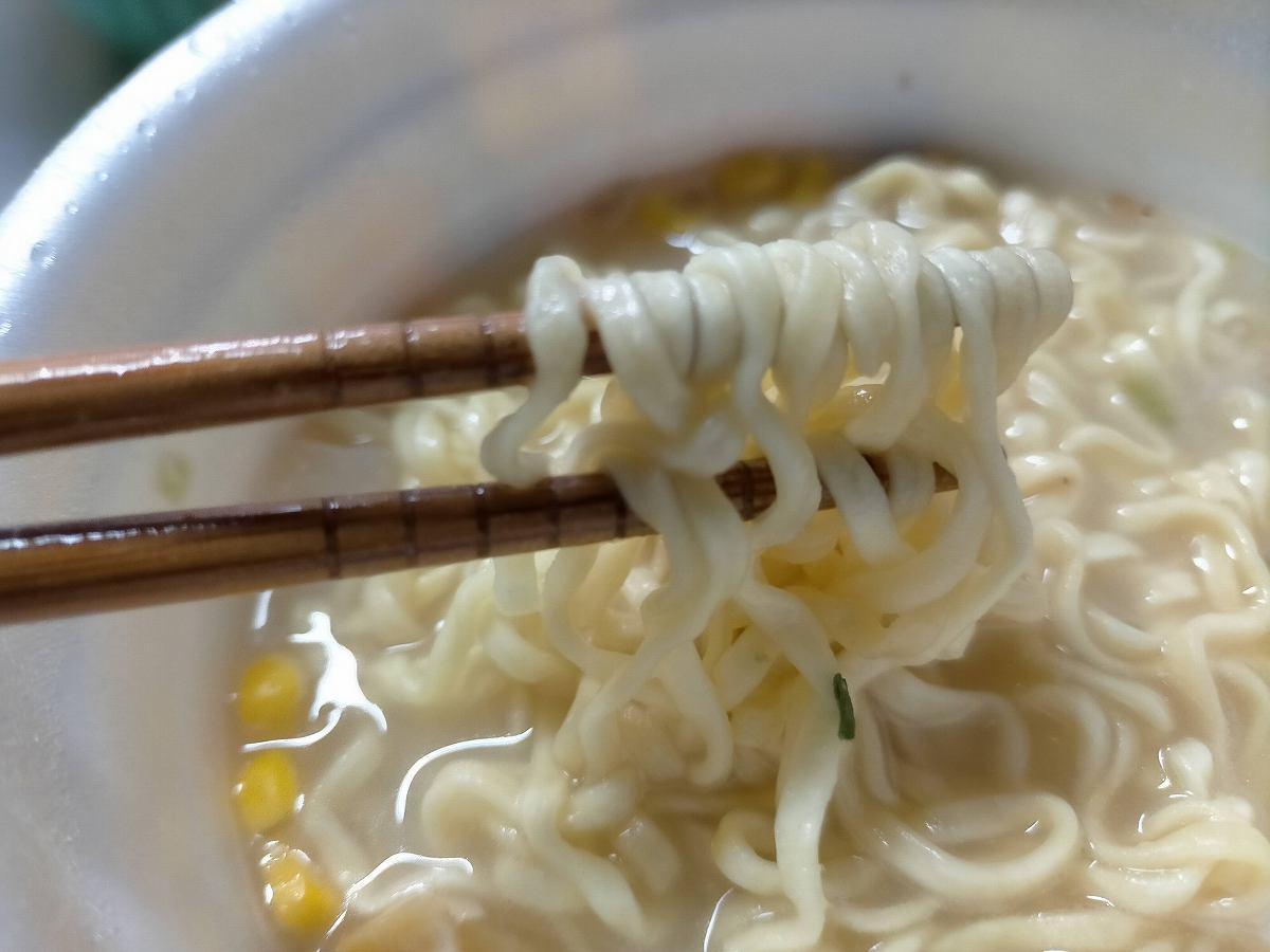麺を箸ですくう