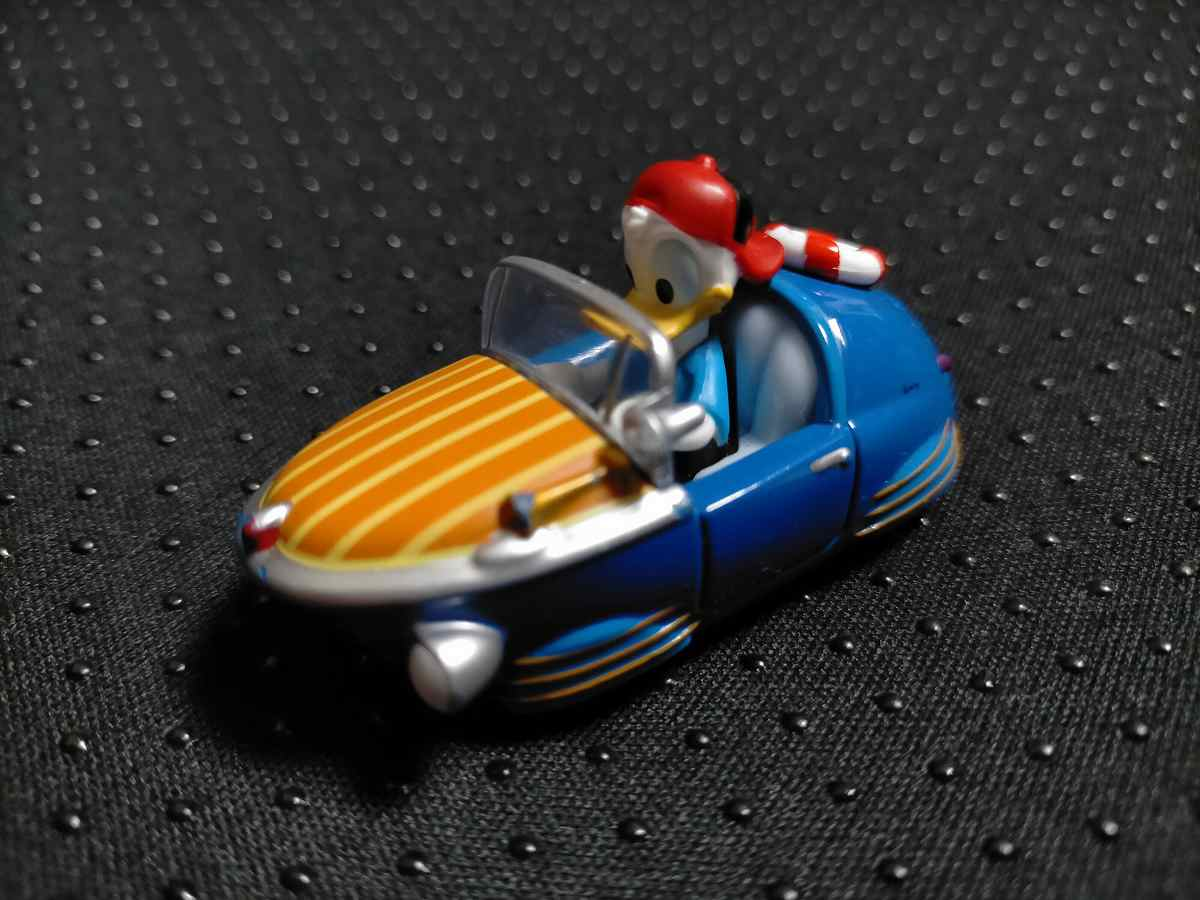 青い車に乗ったドナルドのトミカ