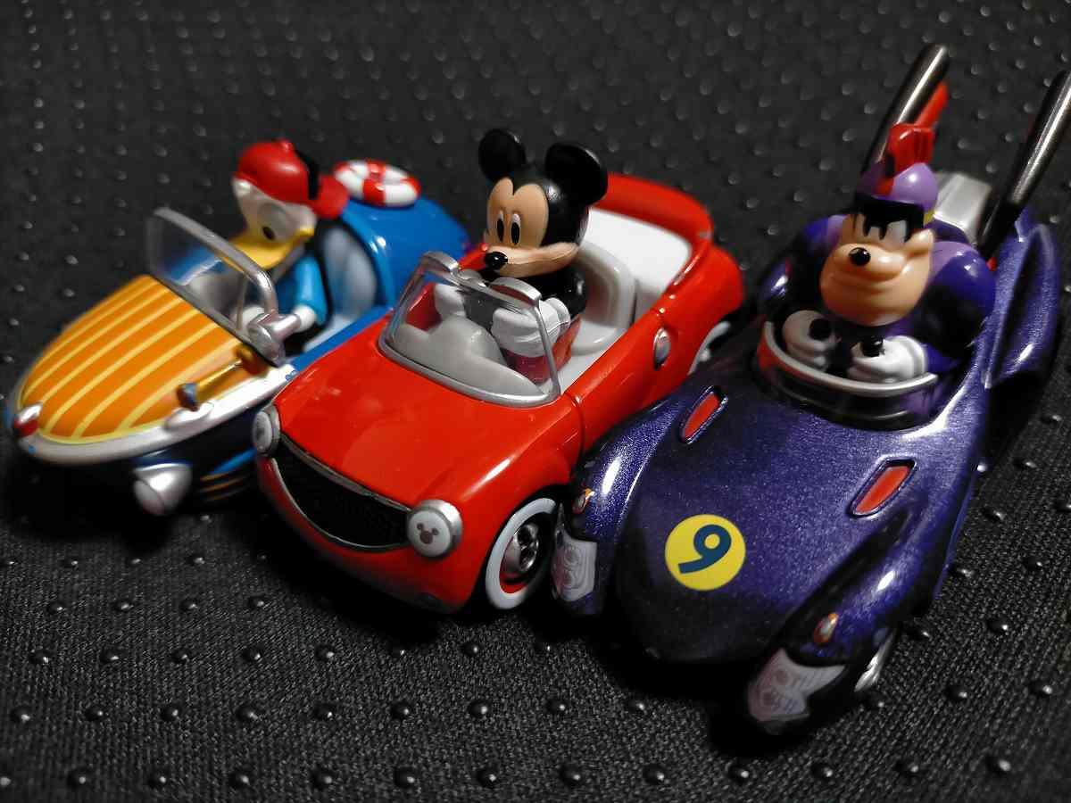 車に乗ったドナルドとミッキーとピート