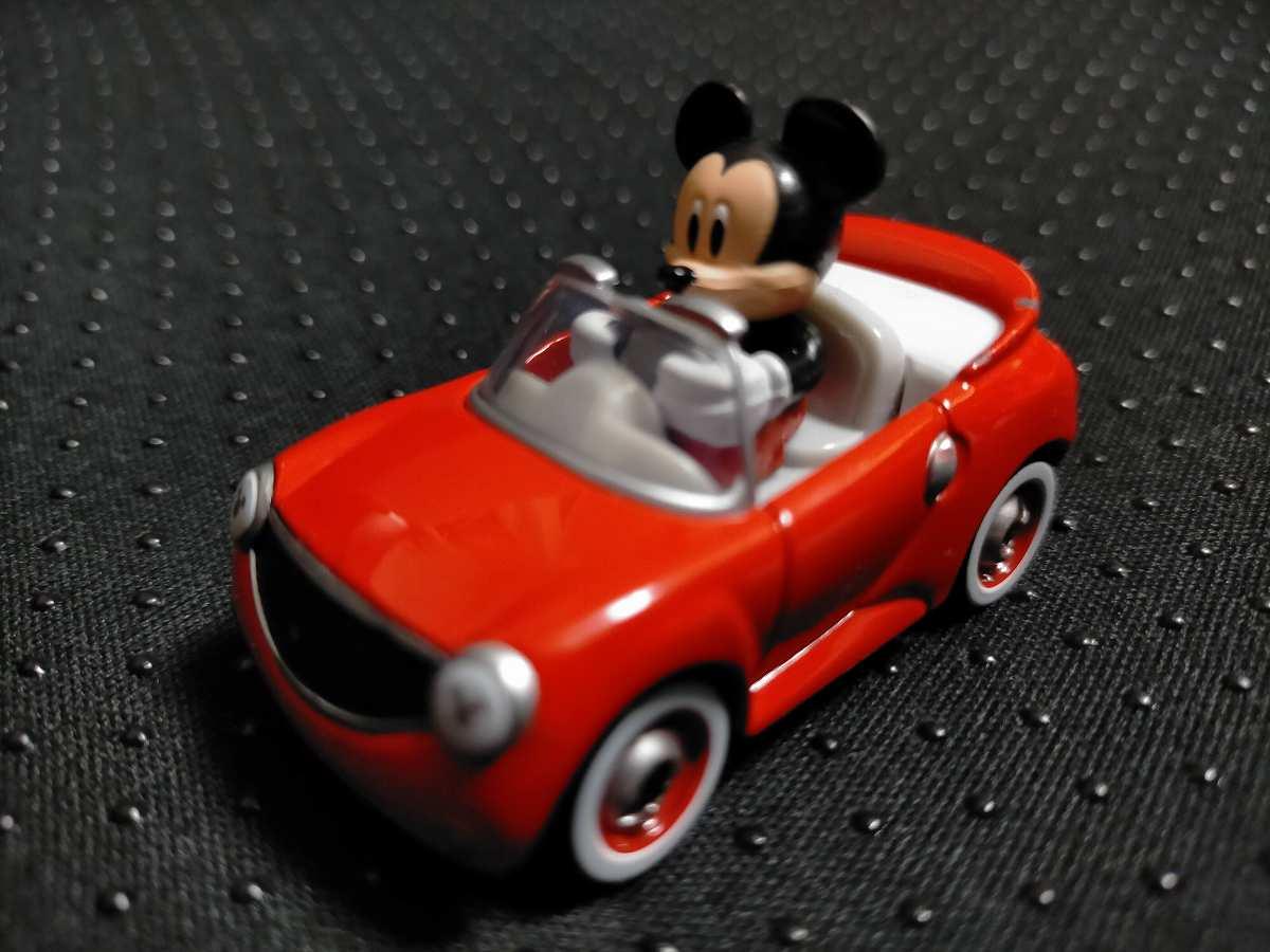 赤い車に乗ったミッキーのトミカ