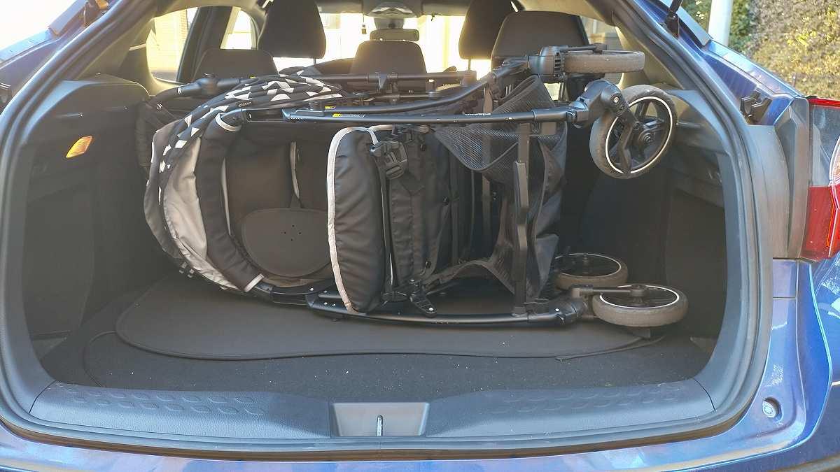 トランクにベビーカーを乗せた車