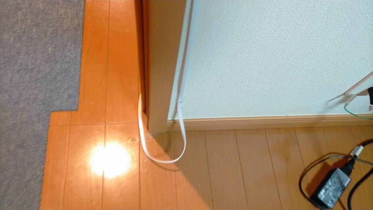 床まではられたケーブル